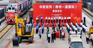 Гусеничный экскаватор LiuGong на фоне нового поезда Лючжоу-Москва